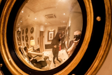 Uno dei magnifici specchi delle streghe della collezione dell'hotel